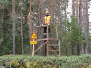 Hirvenmetsästäjä tornissa