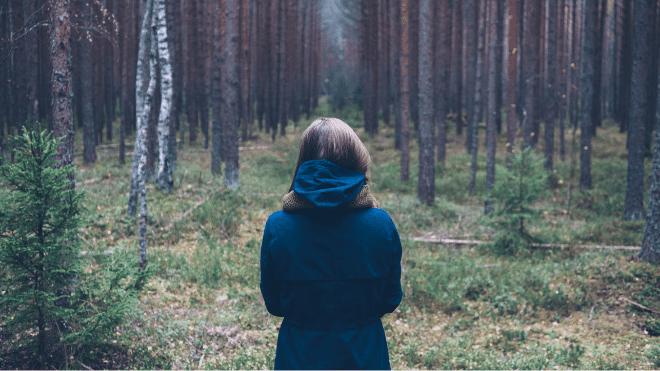 Metsänomistaja ihmettelee metsässä, millaiset puukaupat tekisi.